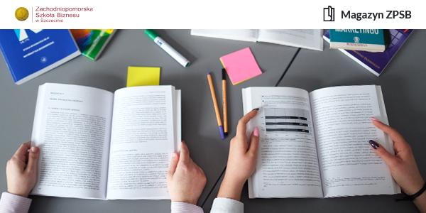 Otwarte podręczniki leżące na szarym stoliku